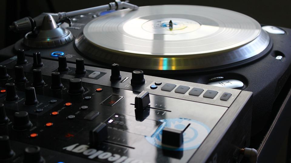 """Brevi note sull'utilizzo di brani musicali rilasciati con licenza Creative Commons """"Non opere derivate"""" (CC ND) nel corso di un Dj Set"""